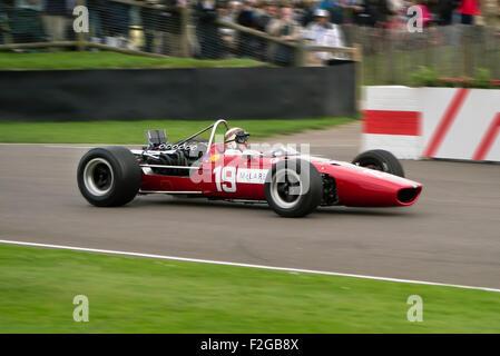 Sir Jackie Stewart fahren ein Ex-Bruce Mclaren F! Auto aus den 1960ern beim Goodwood Revival treffen - Stockfoto