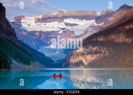 Touristen in rote Kanu auf glazialen Lake Louise mit Victoria Gletscher, Banff Nationalpark, Alberta, Kanada - Stockfoto