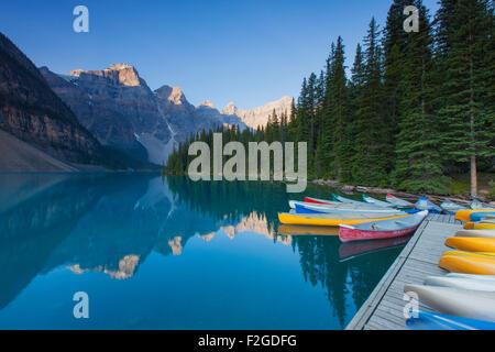 Kanus am Moraine Lake im Valley of the Ten Peaks, Banff Nationalpark, Alberta, Kanada - Stockfoto