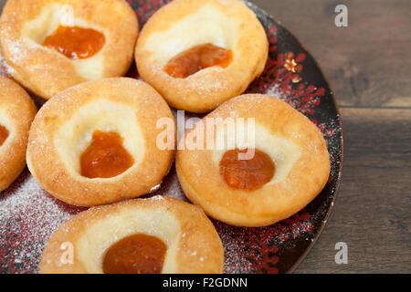 Frische Krapfen mit Marmelade - Stockfoto