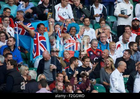 Twickenham, London, UK. 18. Sep, 2015. Rugby World Cup. England gegen Fidschi. Fidschi-Fans genießen Sie die Unterhaltung. - Stockfoto