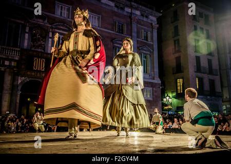 """Barcelona, Spanien. 18. September 2015: Die """"Stadt der Riesen"""" tanzen auf der Bühne vor dem Rathaus von Barcelona während des ersten Aktes das Stadtfest """"La Merce 2015"""" Credit: Matthi/Alamy Live-Nachrichten"""