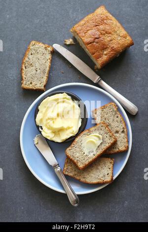 Bananenscheiben auf Teller Brot und butter auf Platte