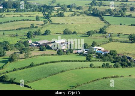 Landwirtschaftliche Gebäude, umgeben von einer Landschaft, Ormside, Cumbria, UK. - Stockfoto