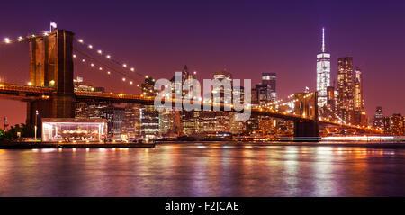 Brooklyn Bridge und Manhattan bei Nacht, New York City, USA. - Stockfoto