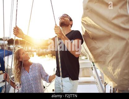 Paar auf ihre Segel Boot überprüfen sie bevor Sie sich - Stockfoto