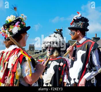 Mitglieder der Wayzgoose Morris Tanz Troupe, beim Otley Folk Festival, West Yorkshire, England UK - Stockfoto