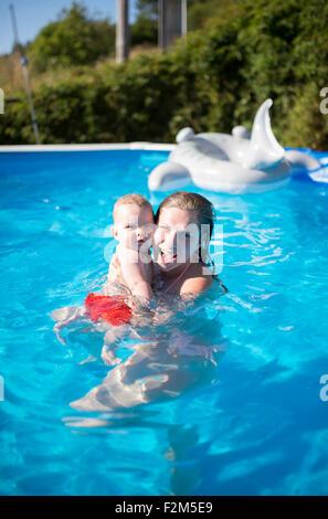Mutter mit Baby im Schwimmbad - Stockfoto