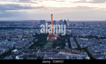 Erhöhten Blick auf den Eiffelturm, Skyline der Stadt und La Defence Skyscrapper Bezirk in der Ferne, Paris, Frankreich, - Stockfoto