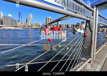 Liebesschlösser unter der Brooklyn Bridge auf die Brooklyn Seite New York City - Stockfoto
