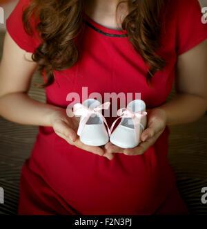 Schwangere Frauen mit kleinen Baby Gummistiefel - Stockfoto