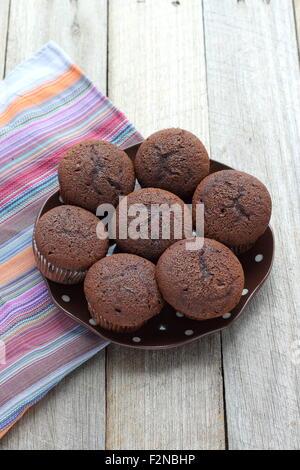 Frisch gebackene hausgemachte Schokolade Muffins auf Holzbrett - Stockfoto