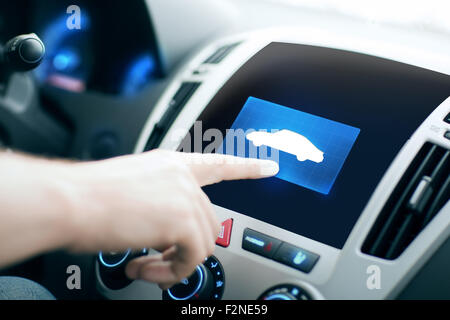 männliche Hand Zeigefinger zu Auto-Symbol im panel - Stockfoto