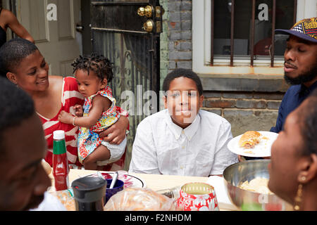 Familie zusammen Essen im Hinterhof Grill Stockfoto