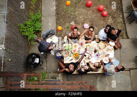 Erhöhte Ansicht von Freunden genießen Hinterhof Grill Stockfoto