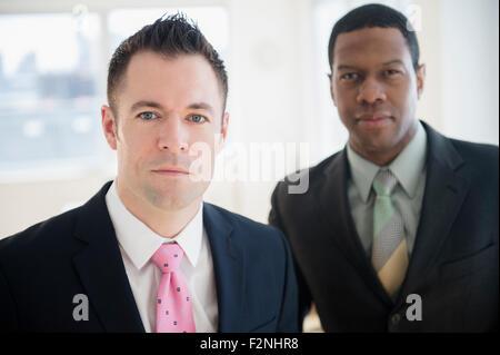 Nahaufnahme eines ernsthaften Geschäftsleuten im Büro - Stockfoto