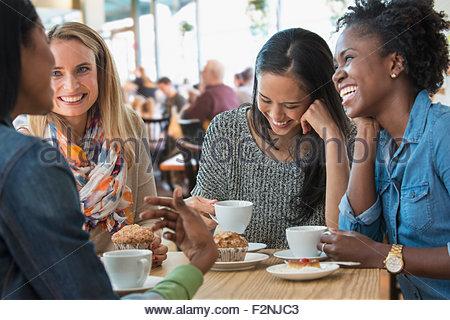 Frauen essen Frühstück im café - Stockfoto