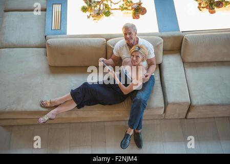 Erhöhte Ansicht des kaukasischen paar mit digital-Tablette in Hotel-lobby - Stockfoto