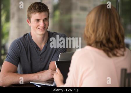 Kaukasischen Studenten am Tisch - Stockfoto
