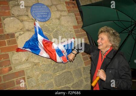 Vorsitzende des Vereins Grayshott Enthüllung der blaue Plakette auf dem Gelände des ehemaligen Grayshott & Hindhead - Stockfoto