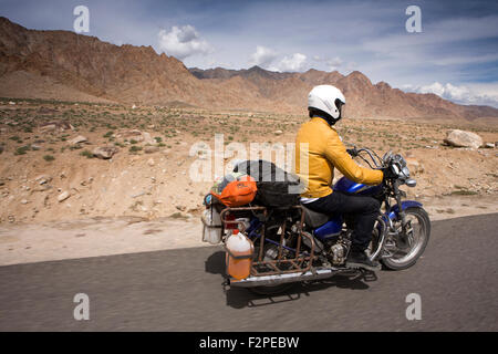 Indien, Jammu & Kashmir, Ladakh, Nimoo, Bazco Inder auf Royal Enfield Thunderbird Motorrad auf Kargil Leh Highway - Stockfoto
