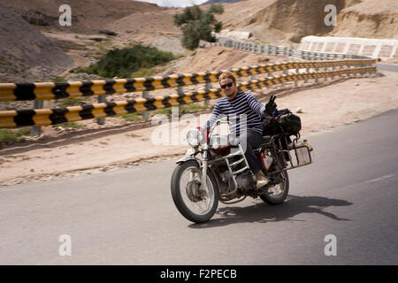 Indien, Jammu & Kashmir, Ladakh, Nimoo, Bazco Mann ohne Helm auf Royal Enfield Bullet Motorrad auf Kargil Leh Highway - Stockfoto