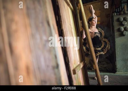 Ballerina ständigen Erwärmung oben hinter der Bühne vor der Bühne - Stockfoto