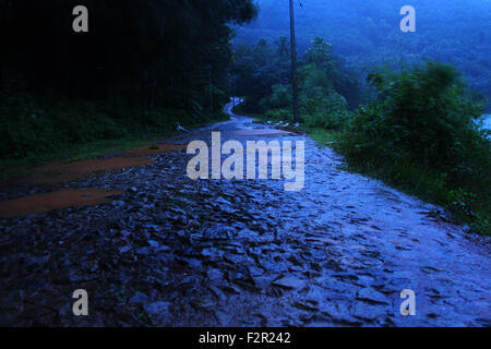 holprige Straße in Dunkelheit - Stockfoto