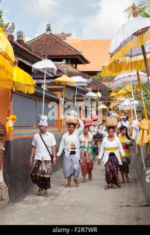 Feiern während des Festivals von Kuningan in einem Tempel in Mas, Bali, Indonesien - Stockfoto