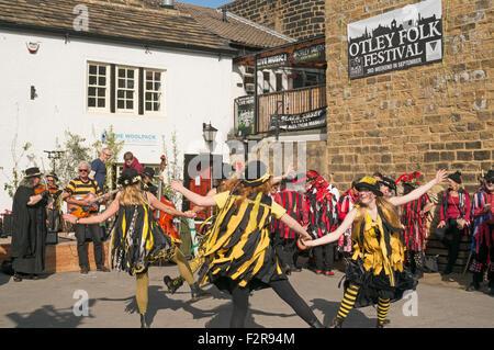 Morris Dancing Gruppe Flash Unternehmen führen bei Otley Folk Festival 2015, West Yorkshire, England, UK - Stockfoto