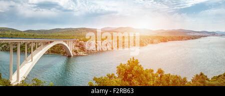 Malerische Aussicht auf eine Brücke in eine alte historische Altstadt von Sibenik in Kroatien - Stockfoto