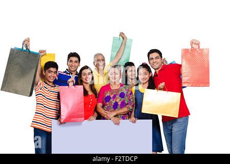 indische Gruppe gemeinsame Familie Message Board zeigt und shopping Tasche - Stockfoto