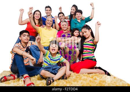 Genießen Sie indische Gruppe gemeinsame Familie sitzen sofa - Stockfoto