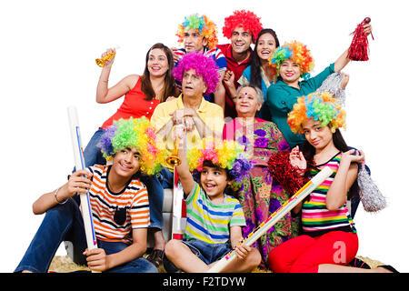 indische Gruppe gemeinsame Familie sitzen Sofa Fernsehen beobachten Cricket genießen - Stockfoto