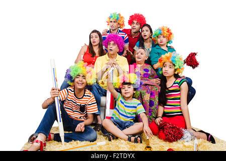 indische Gruppe gemeinsame Familie sitzen Sofa Fernsehen beobachten Cricket - Stockfoto