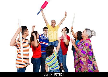 indische Gruppe gemeinsame Familie spielen Cricket genießen - Stockfoto