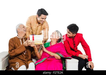 4 indische Enkel Eltern und Sohn Diwali Festival Geschenk geben - Stockfoto