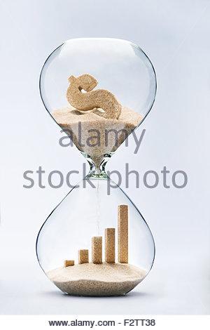 Geschäft Wachstum Grafik Bar aus sinkenden Sand von Dollarzeichen durch Sanduhr fließt aus - Stockfoto