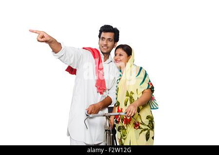 2 indische verheiratet paar ländlichen Bauern Reiten Fahrrad Schuldzuweisungen - Stockfoto