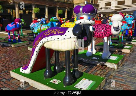 London, UK. 24. September 2015. London, UK. 24. September 2015. Statuen von Shaun das Schaf. Der Shaun in der Stadt - Stockfoto