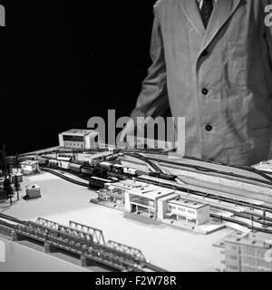 Friedrich Karl Ries Spricht in Seiner Bastelsendung Über Das Thema Modelleisenbahn, 1960er Jahre Deutschland. Friedrich Karl Ries in seiner TV-show über Modelleisenbahnen, Deutschland der 1960er Jahre.