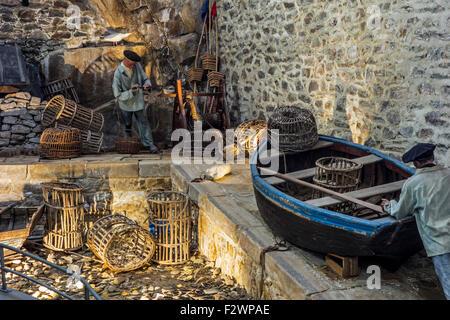 Diorama mit Fischern am Hafen Kai in der Port-Musée Bootsmuseum in Douarnenez, Finistère, Bretagne, Frankreich - Stockfoto