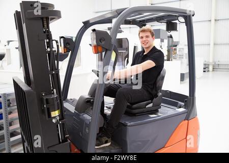 Porträt von männlichen Gabelstaplerfahrer In Fabrik - Stockfoto