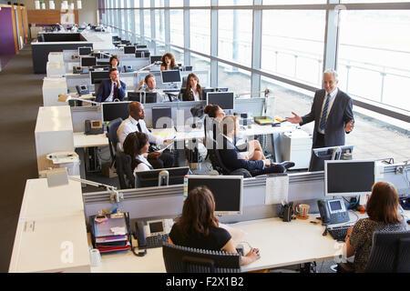 Männliche Führungskraft Adressierung Arbeiter im Großraumbüro - Stockfoto