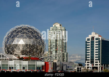 TELUS World of Science Dome und Hochhäuser am Südende des False Creek, Vancouver, BC - Stockfoto