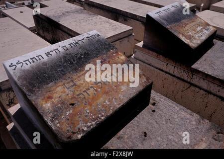 ISRAEL - JERUSALEM 24 SEPTEMBER: eine Ansicht der entweihten jüdische Grabsteine, die verbrannt und zerstört wurden - Stockfoto