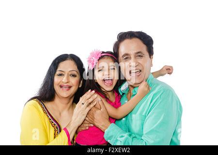 3 indische Großeltern und Kind Enkelin Pflege - Stockfoto
