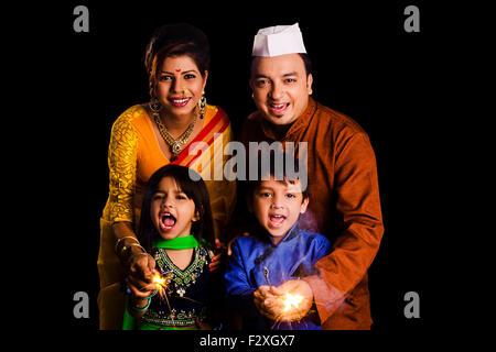 4 indische Marathi Familie Diwali Festival spielen Fire Cracker - Stockfoto