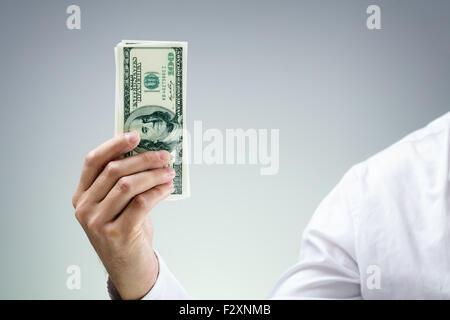 Geschäftsmann hält hundert Dollar Rechnungen Konzept für Zahlen, Spende, Geschäft Reichtum, Risikokapitalgeber und - Stockfoto