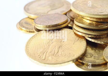 Nahaufnahme einer Aktie der französischen und amerikanischen Goldmünzen - Stockfoto